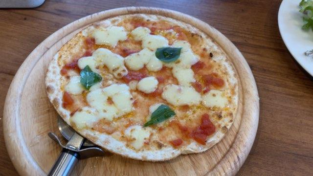 オリーブの丘ランチセットのピザ